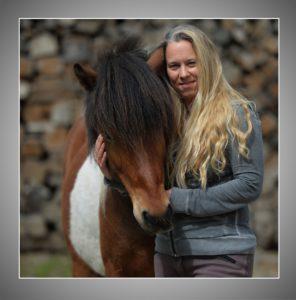 Portrait Frau mit Pferd in silbernem Passepartout