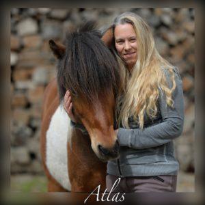 Portrait Frau mit Pferd und unscharfem Rand.