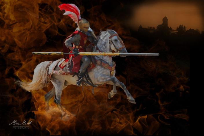 Ritter reitet auf seinem Pferd durch's Feuer